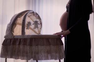 赤ちゃんがベビーベッドから落下!安心の正しい対処法は?
